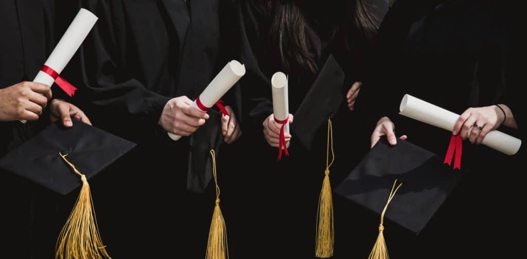 Des étudiants diplomés tiennent des dîplomes