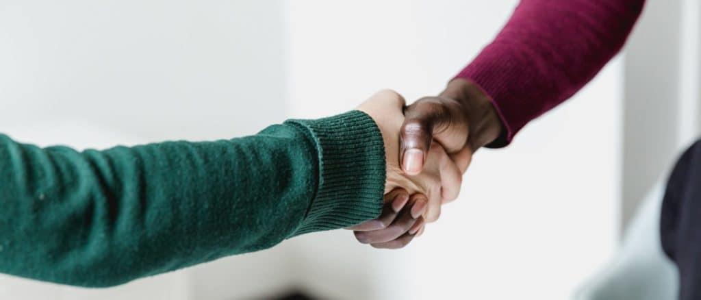 Des personnes se serrent la main en signe d''entente